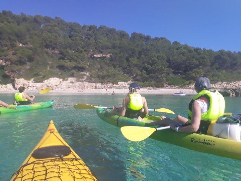 Remando sobre el kayak