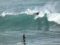 Cogiendo olas con paddle surf