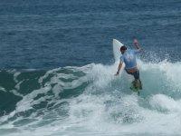Surfeando olas en Llanes