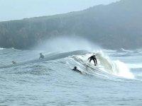 Surfeando olas en Asturias