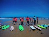 Clase teórica de surf en la playa