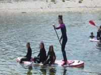 Paleando sobre la tabla de paddle surf