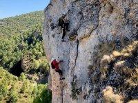 Ascendiendo por la pared rocosa