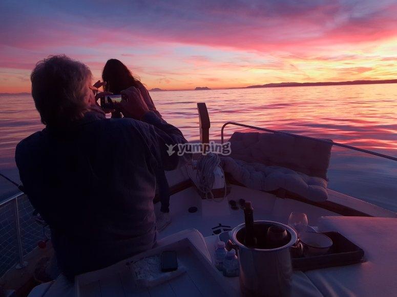 日落时在船上情侣