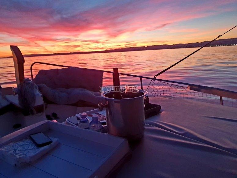 日落时在船上的卡瓦
