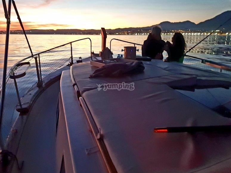 在海上欣赏日落