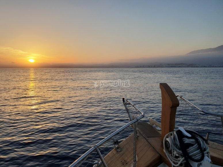 日落时的乘船之旅