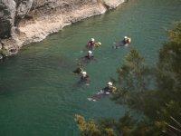 personas en el agua practicando barranquismo
