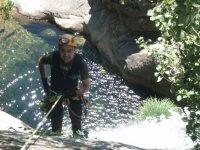 realizando rappel en el agua