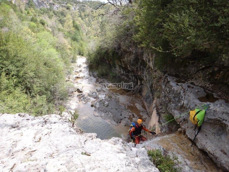 Discesa con la corda il canyon