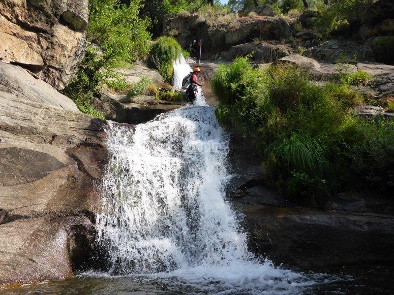 Discesa in corda doppia della cascata
