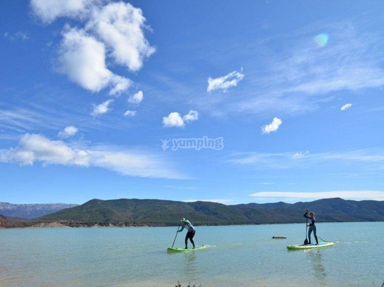 Remando con la pala de paddle surf