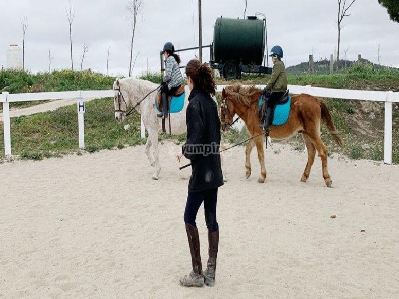 Insieme all'istruttore che apprende l'equitazione