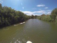 Sup en las aguas tranquilas del rio