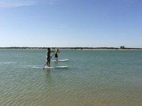 dos chicos practicando paddle surf
