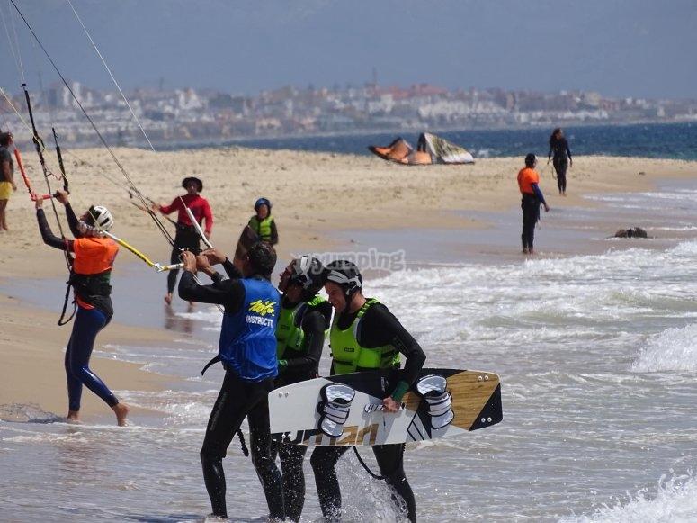 与风筝队一起在岸上