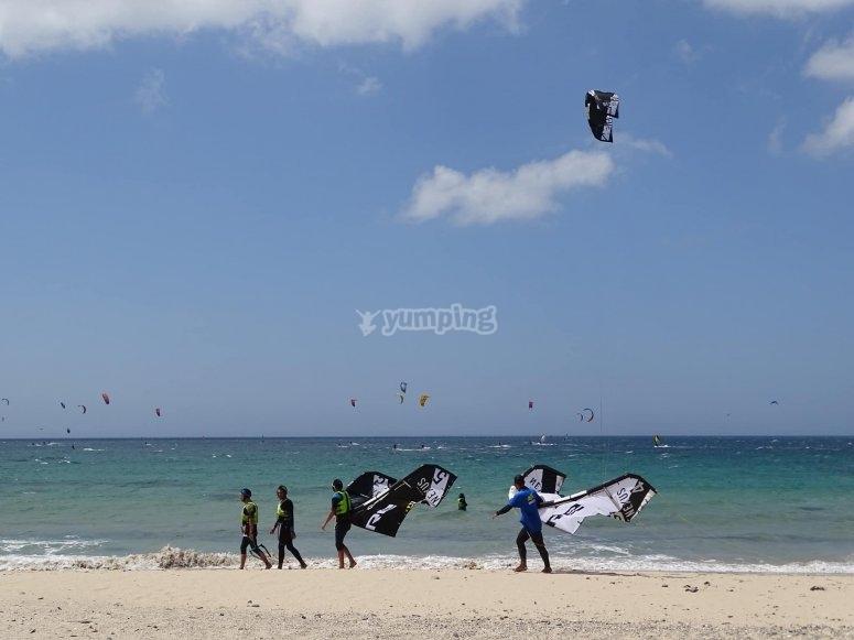 Kitesurf课为两个在塔里法