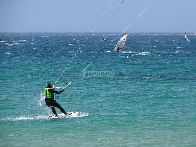 在塔里法(Tarifa)学习风筝冲浪