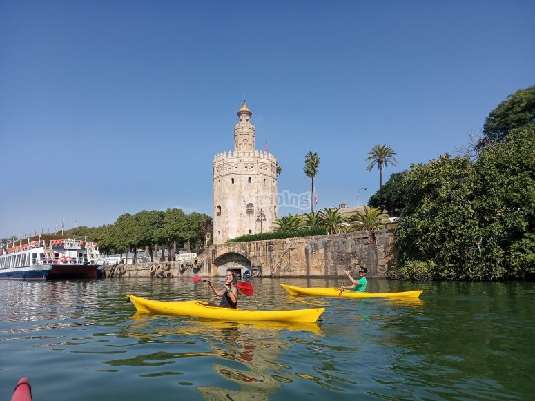 Kayaks passing by the Torre del Oro