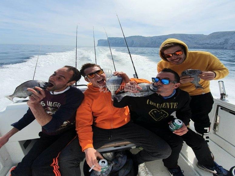 Divertido día de pesca de fondo