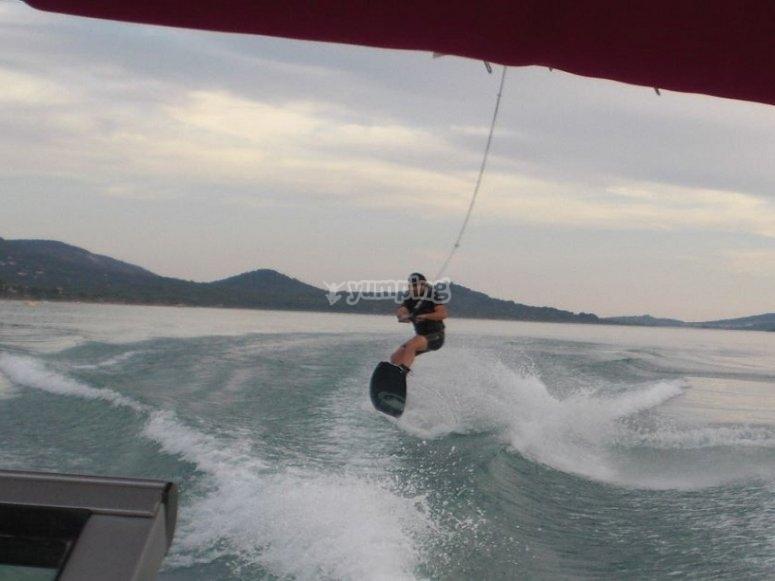 Faire du wakeboard