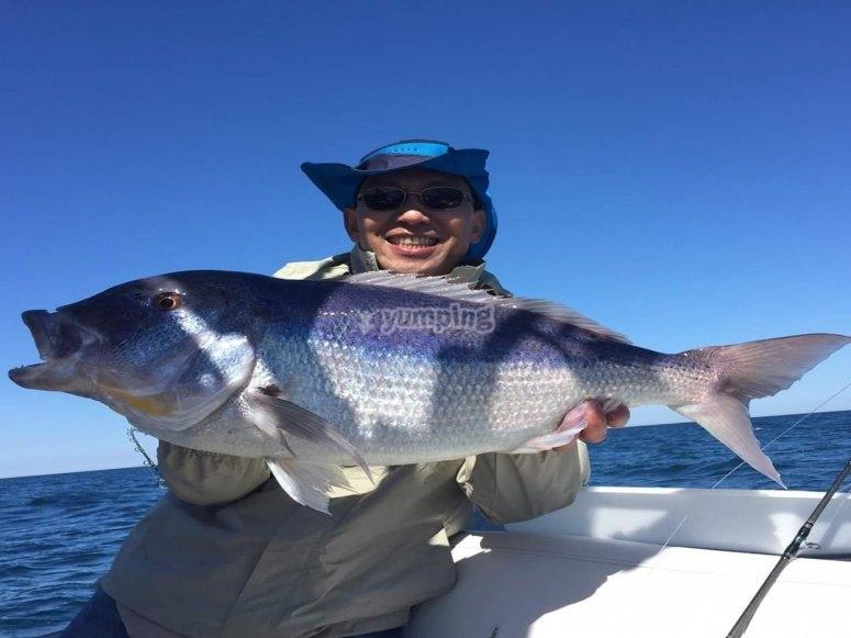 Mostrando su pesca