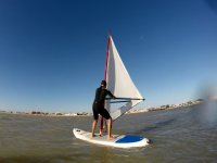 hombre practicando windsurf.jpg