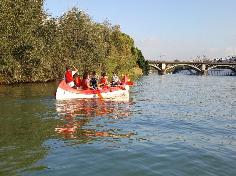 Remando en la canoa por el Guadalquivir