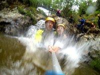 拍摄峡谷的瀑布下