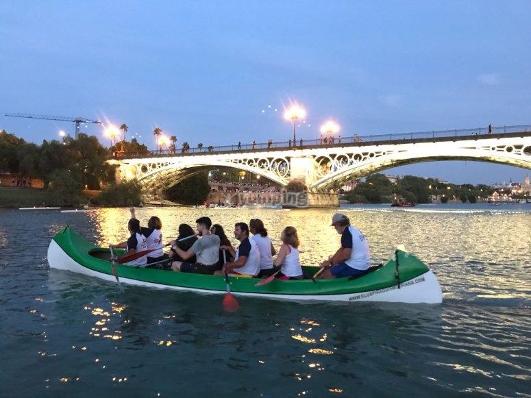 Bajo el puente de Triana en canoa