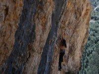 chica practicando escalada libre