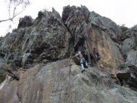 dos personas escalando