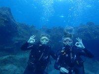 潜航在大加那利潜水员在海滩上通信水下潜水员