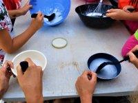 Ayudando a cocinar en el campamento