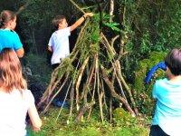 Niños del campamento en el taller ecológico