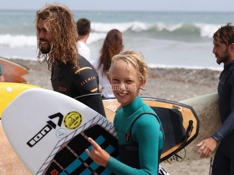 Contentos tras surfear