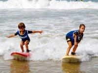 Los pequeños surfeando