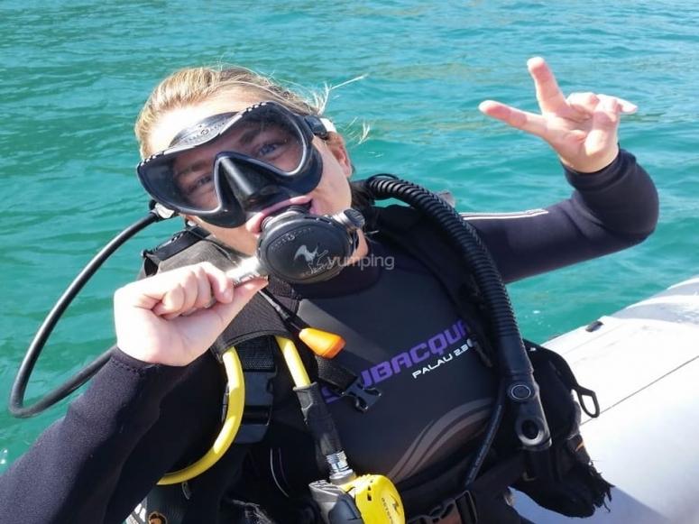 Preparada para saltar al agua con el equipo de buceo