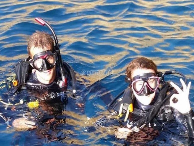 在海面潜水后