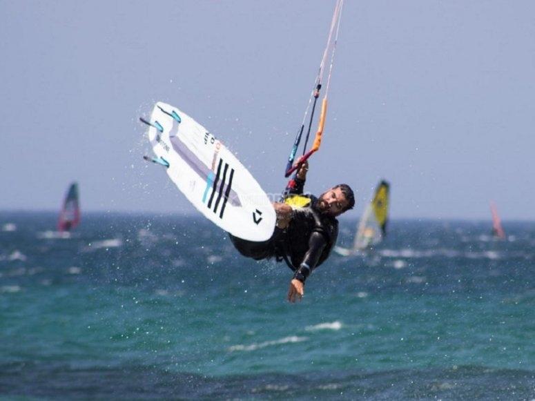 在进行风筝冲浪时跳跃
