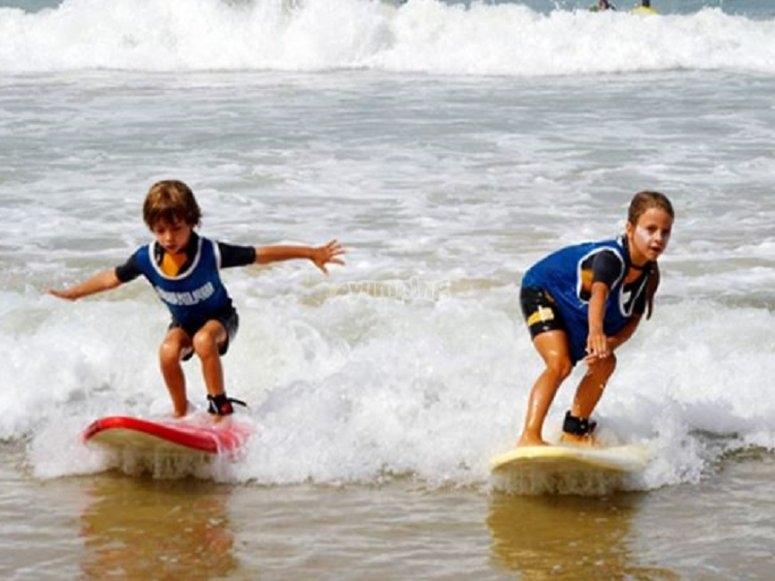 孩子们冲浪