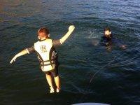 Chiquitin lanzandose al agua