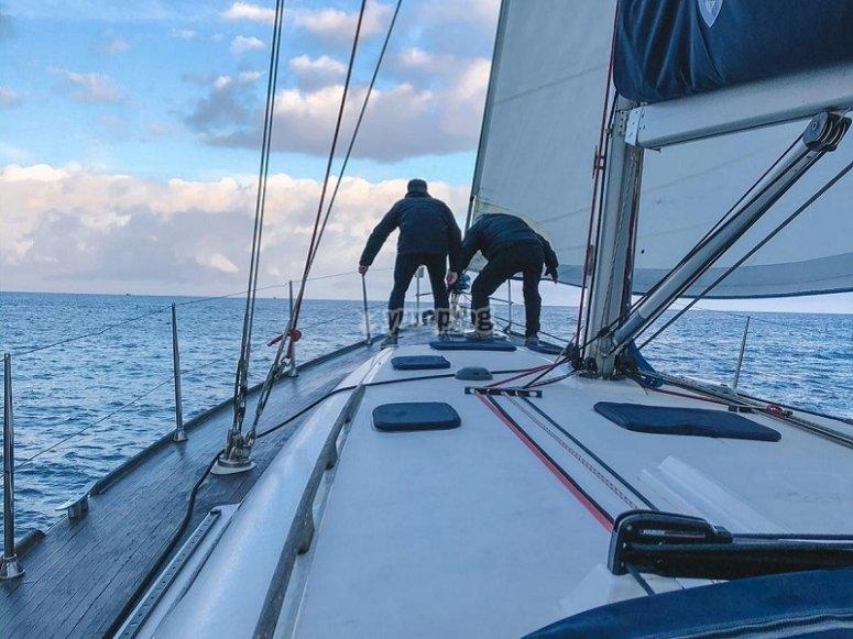 Manejando la embarcación en El Puerto
