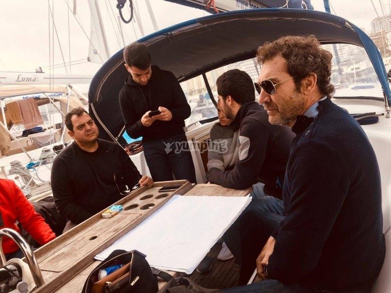 Atendiendo a las explicaciones en el barco