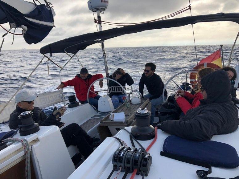 Alumnos de navegación en el barco
