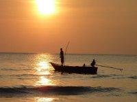 pesca durante el atardecer
