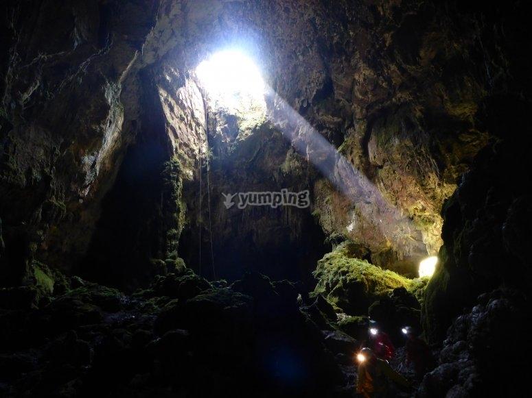 在山洞里探洞