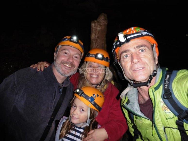 在山洞内的家庭