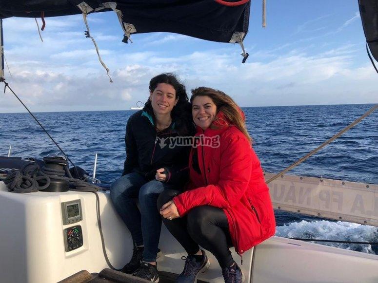Amigas disfrutando de la navegacion