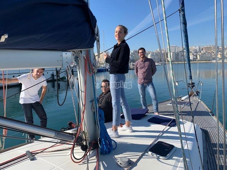 Zarpando del puerto en el velero